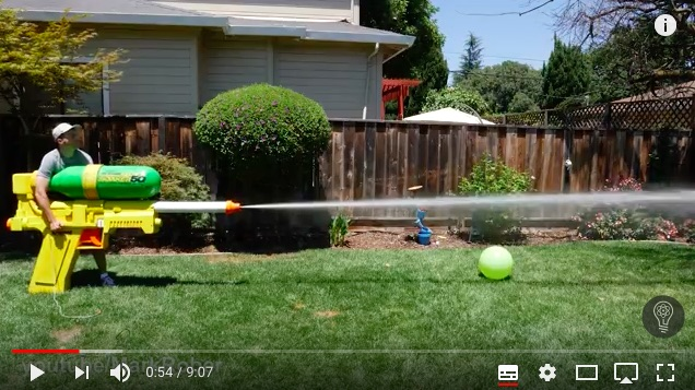 バズーカみたいな「超巨大水鉄砲」の威力がパない!!  スイカをぶった切り、グラスが粉々に…
