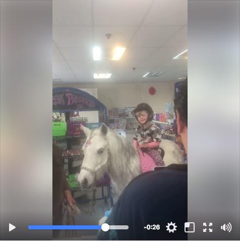 3歳の少女がポニーに乗ったままお買い物する動画に世界中がほっこり…これもドライブスルーっていうのかな?