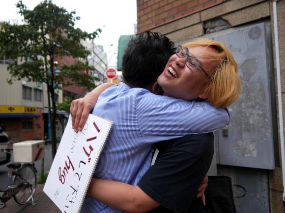 8月9日は「ハグの日」だよ! 大切な人を思いっきり抱きしめちゃおう♪  相手がいない方は「セルフハグ」もおススメです