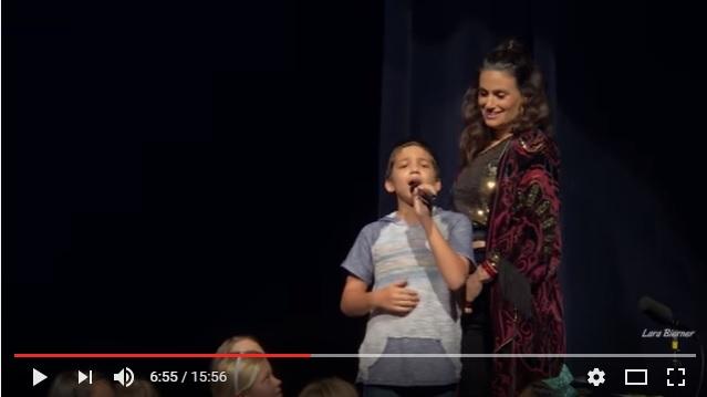 「天才なの!?」子供たちと歌っていたら…ひとりだけ歌がうますぎる少年がいた! 名曲「レット・イット・ゴー」を披露し拍手が止まりません