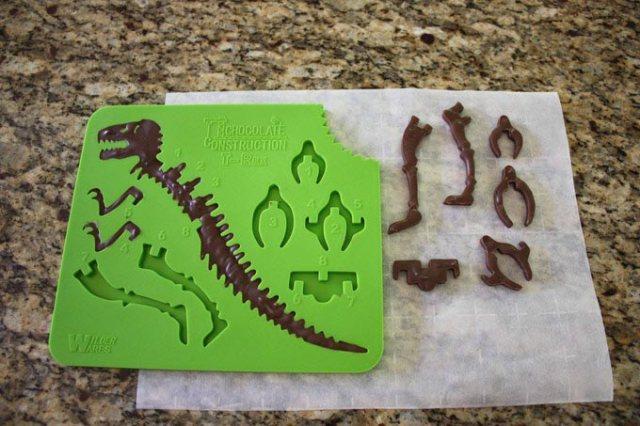 気分は考古学者♪ チョコレートで立体ティラノサウルスの化石が作れるシリコン型が超楽しそう!