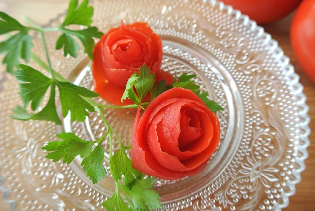 トマトで作るオトメ華麗なバラ♪ ロマンチックなトマトの飾り切りができるワザはこれだよー