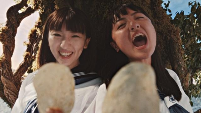 """湖池屋CMの """"歌うま女子高生"""" がお姉さんと共に熱唱! やっぱりイモのことを歌ってるだけなのに歌上手すぎぃ!!"""