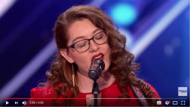耳の聴こえない女性がオーディション番組でオリジナルソングを披露すると…審査員「コレに通訳はいらないよね」