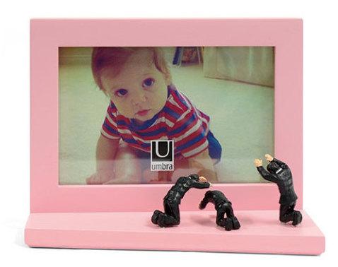 「推しの尊さが異常」を体現したフォトフレームが登場! 推しを崇めたてまつる人形が写真の前に並んでます