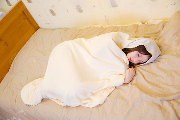 大人用おくるみが爆誕!? 赤ちゃんみたいにスヤスヤしたいあなたに…って普通の毛布とどう違うん?