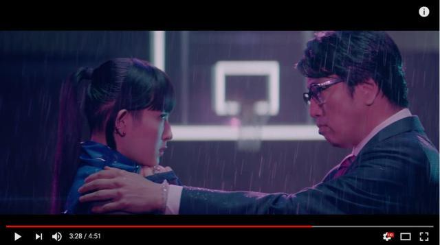 岡村靖幸×DAOKOが『ステップアップLOVE』のMVでキスシーン披露!? キレキレすぎるダンスや2人の駆け引きにもドキドキ