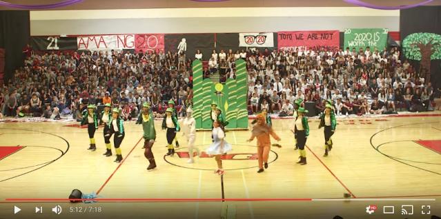 アメリカ高校生のダンスチームの『オズの魔法使い』が完成度高すぎ! マイケル・ジャクソンなどのヒット曲と原曲の融合もすばらしいです