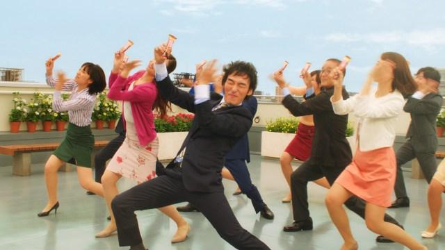 草彅剛さんが「1本満足バー」新CMで今まで以上のはっちゃけダンスを披露! なんとあのダンスはアドリブなんだって