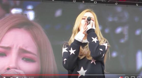 ライブ中しっとりと歌っているのに観客席から爆笑が! 原因は舞台のモニターに映った衝撃の映像