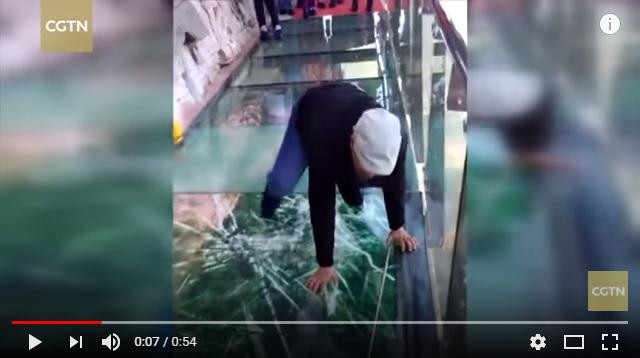 【高所恐怖症注意】中国にある断崖絶壁のガラスの橋を歩くとバキバキ割れ目が…! 見てるだけでも心臓止まりそうな動画が話題に