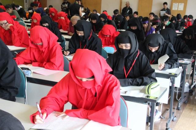 甲賀流の「忍者検定」が東京・増上寺で初開催されるよ! 筆記試験を受ける忍者たちの姿がちょっぴりシュールです