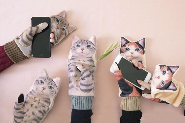 スマホを触ってると猫パンチでジャマされちゃう! ニャンコがかまって欲しそうにする「ジャマ猫手袋」が超かわいい♪