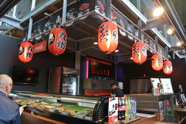 オランダのお寿司は赤ちょうちんが目印!? ロッテルダムの超巨大マーケット「マルクトハル」のグルメに舌鼓【オランダ旅行2】