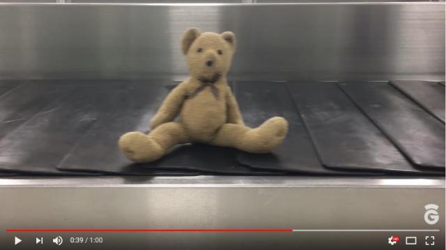 """海外の空港で「忘れ物の人形たちの """"落とし主"""" を探す」キャンペーンが始まったよ! 離れ離れになったあの子に再会できるかも…"""