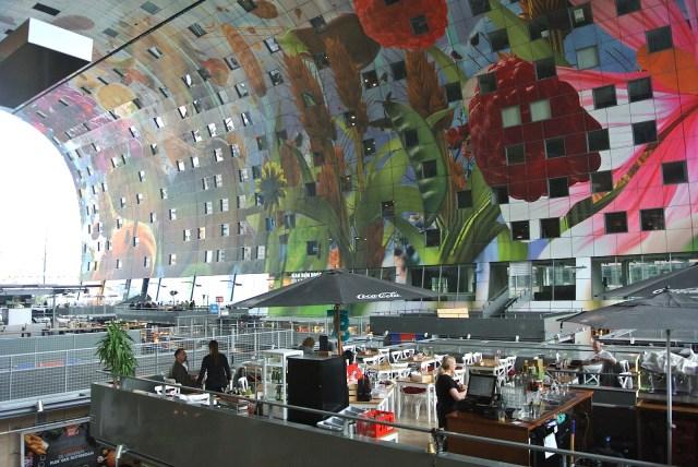 まるで宙に浮いているようなカフェがオランダに!! ロッテルダムの超巨大マーケット「マルクトハル」が自由すぎる【オランダ旅行1】