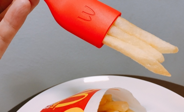 【マクドナルド】「使えない」と話題の「ポテト専用フォーク」が日本初上陸するので使ってみました♪ 手は汚れるしまったく意味不明なアイテム…