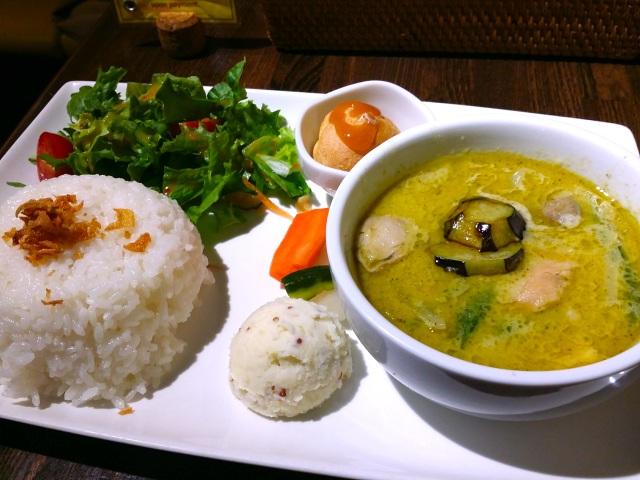 【素朴な疑問】本場タイでは、タイカレーをご飯にかけるの?それともご飯をつけて食べるの?
