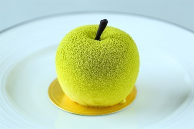 本物の青りんごそっくりなケーキに恋しちゃう! ふわふわのムースの中からりんごのコンポートがとろーりあふれ出します