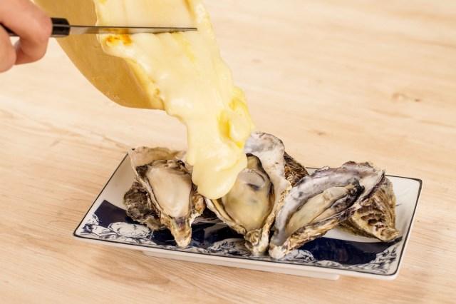 牡蠣の酒蒸しに熱々ラクレットチーズをたーっぷりかけちゃう♪ 恵比寿に登場する新グルメをたったの500円で食べられます