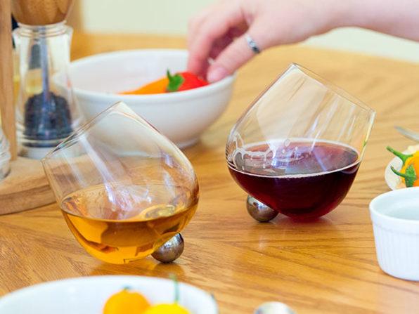 ワイングラス「空気、入れておきます」 くるくる回るワイングラスが登場 / 起き上がりこぼしみたいで可愛いです
