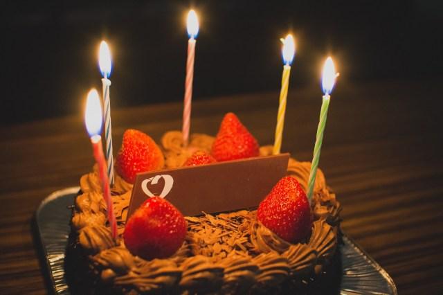 誕生日に食べるならホールケーキ? カットケーキ? アンケート結果を見ると30代を境にちょっと意外な傾向が…!