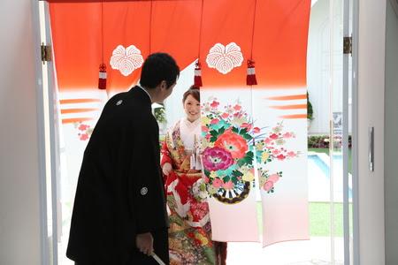【知ってた?】地域によって結婚式の演出はこんなにも違う / 石川県は「のれんをくぐる」愛知県は「お菓子をまく」など個性豊かだったのです!