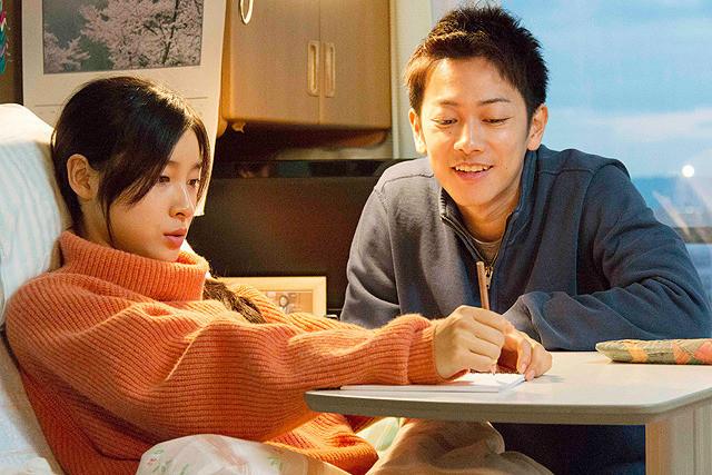 映画『8年越しの花嫁 奇跡の実話』の佐藤健の献身愛に涙が止まらない! 周囲の人々の愛と思いやりがヒロインを救う感動作です【最新シネマ批評】