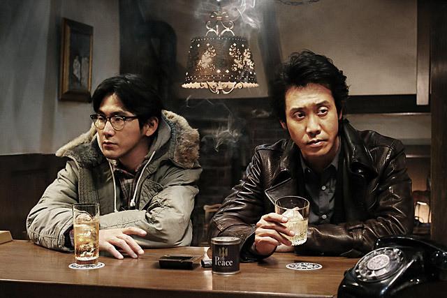 映画『探偵はBARにいる3』はシリーズ最高傑作! 松田龍平扮するテンションの低い相方・高田の意外な活躍ぶりに注目です【最新シネマ批評】