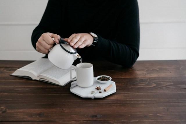 忙しい時こそ試したい! 8分間で出来る「デジタルデトックス」/ 温かいお茶を入れながら自分の心の声に向き合おう