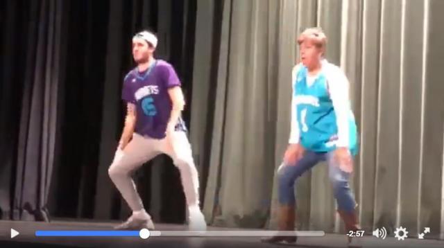 母親と息子がブルーノ・マーズからM.C.ハマーなどのダンスを披露し大人気に!息のあったダンスパフォーマンスをご覧ください