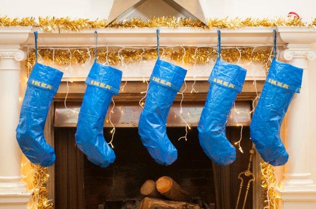 【これは】イケアの青バッグがクリスマスソックスになっちゃった!? 自分でも作れそうなのにソールドアウトするほど人気です