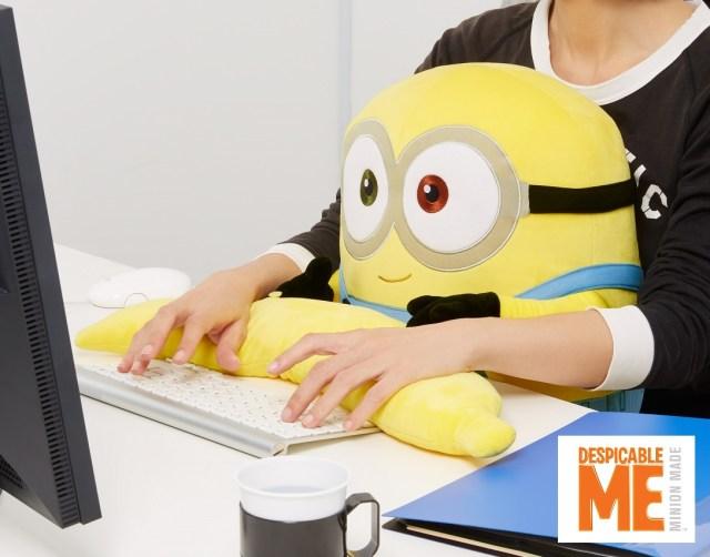 映画「ミニオンズ」のボブがPCクッションになりました♪ アームレストは大好物のバナナの形なんだよ!