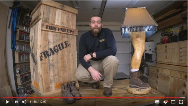 ランプシェードから脚がにょきっ! 木工職人が作った「自分の脚の原寸大ランプ」がド迫力