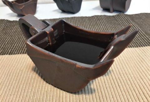 建設現場で使われている「リッパーバケット」がマグカップになったよ! 本物の図面をもとに制作したこだわりの逸品だそうです