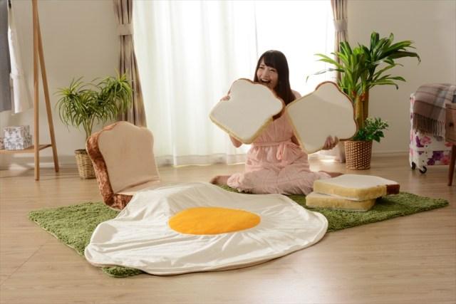 食パン座椅子や目玉焼き毛布でふっかふかに包まれる♡ 幻の「食パン福袋」がパワーアップして帰ってきた!!