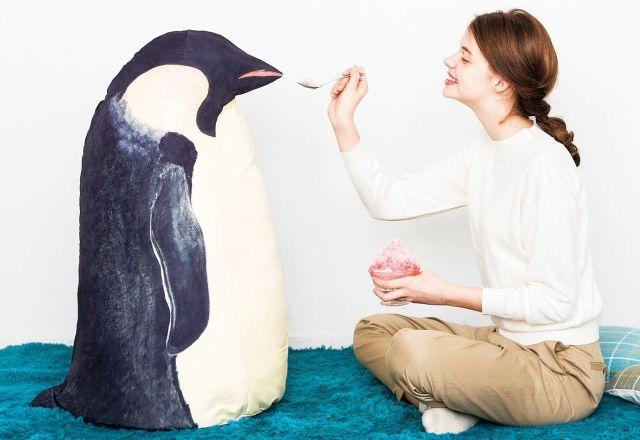 「我が家にコウテイペンギンがやって来た」みたいな布団収納ケースがかわいい♪ スクッと背筋を伸ばして立つ姿は威風堂々!