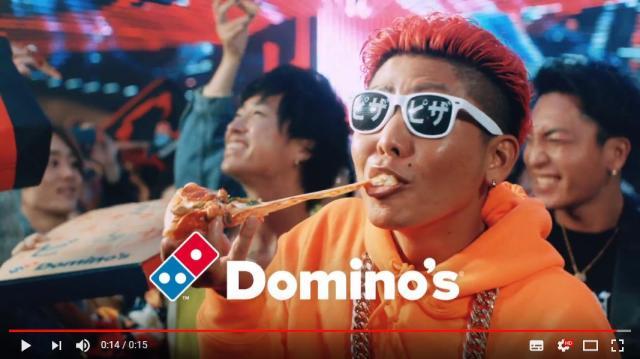 逆立ち女将にパリピにDJポリス…最近のドミノピザのCMがヤバすぎます / ピザを安くしすぎておかしくなっちゃったのかな