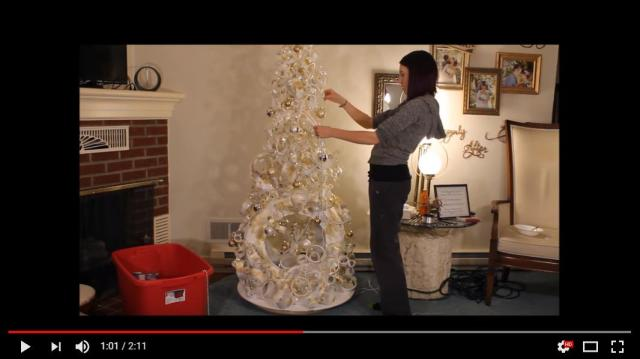 【クリスマスDIY】パイプと古タイヤが白いクリスマスツリーに! ロマンチックな仕上がりに思わずうっとりしちゃいます