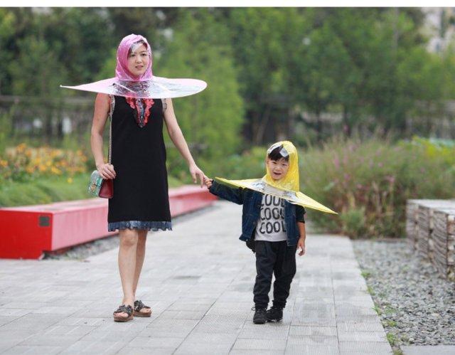 傘を持つことから解放されよう! 超クリエイティブな傘レインコートが大発明の予感…です