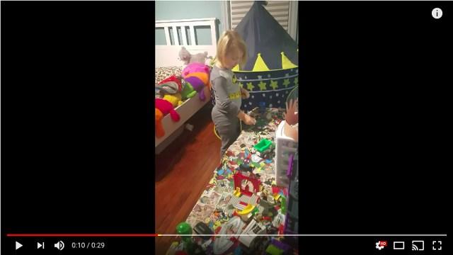 「絶望した!」こっそり夜更かししている男の子がママに見つかった瞬間をご覧ください