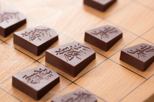 昨年ソッコーで完売した「将棋チョコ」が今年も登場! 実際に対局できる40個入り「全駒セット」も数量限定で登場です