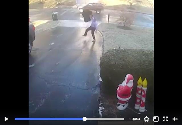 近くの車に乗ろうとしたら…道がツルツルでどんどん車から離れていく! 雪の無い道でも油断してはダメだとわかる動画