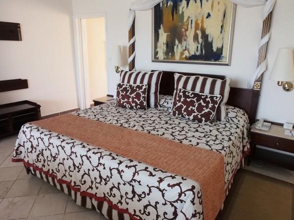 【素朴な疑問】なぜ海外のベッドには枕とクッションがいっぱい置いてあるの?