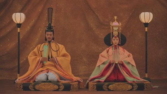 斎藤工と泉里香が『ひな祭り』を全力熱演中だけど…「足しびれた」「立ってもいいかな」とボヤいています