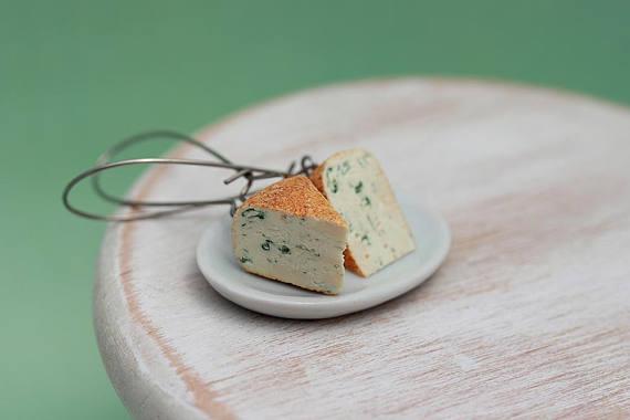 そこのあなた…耳に青かびチーズがついてますよ! ユニークな「食べ物モチーフ」のピアスが抜群のインパクト