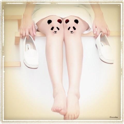 むむ、膝にパンダがいるゾ…!? 愛らしいパンダのタトゥーシール「ひざっこパンダ」はいかが?