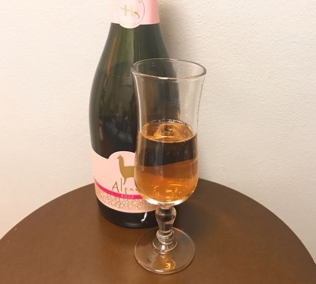 【私の晩酌】安いのにウマイと話題「アルパカワイン」ロゼスパークリングを飲んでみた / タイ料理と抜群に合う酸味が効いたワインです