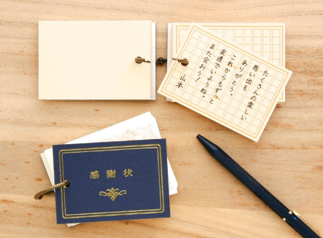 【卒業シーズンに】単語帳そっくりな 「おもいで色紙帳」がレトロで甘酸っぱい~♡ 1枚ずつ取り外して配れる寄せ書きだよ