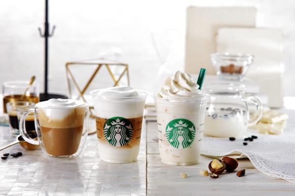 スタバ新作はコーヒーなのに白色!? 「ムースフォームラテ」と「ホワイトブリューコーヒー&マカダミアフラペチーノ」が登場します